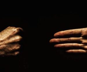 mano-aperta-vs-pugno